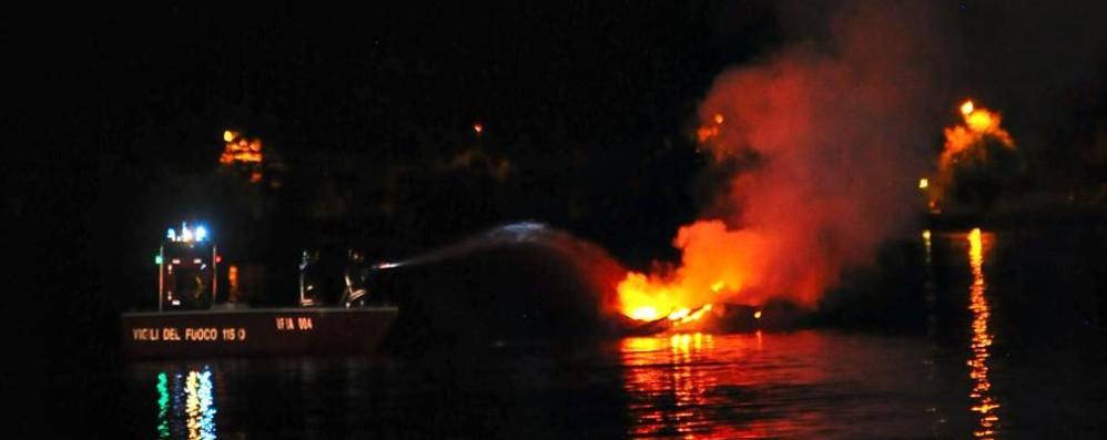 Forte boato sul lungolago di Sarnico Esplode una barca: famiglia in salvo