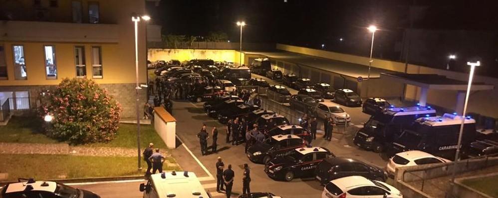 Maxi blitz con 150 carabinieri a Zingonia Droga e 30 irregolari, il video della notte