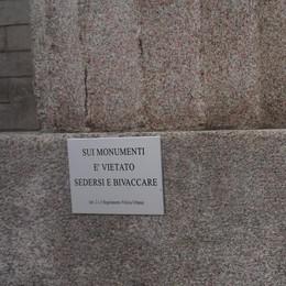 «Vietato sedersi e bivaccare» ai Propilei Dopo le multe arrivano anche i cartelli