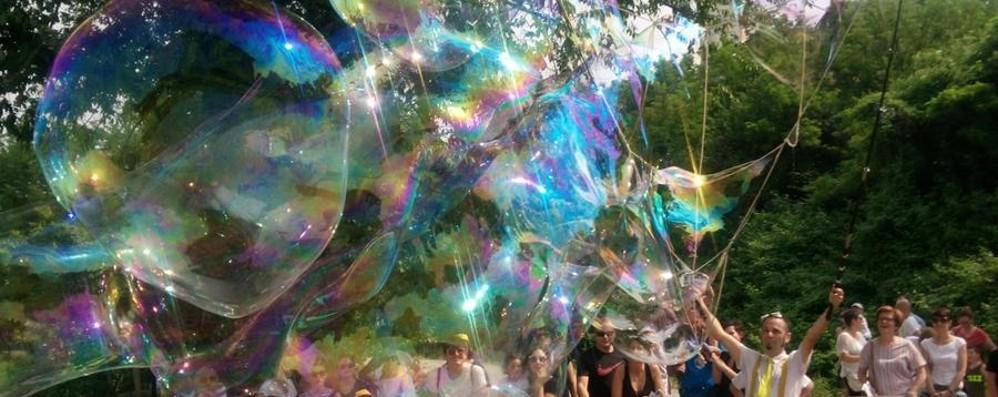 La magia delle bolle di sapone giganti a «Odissea», il festival sull'Oglio