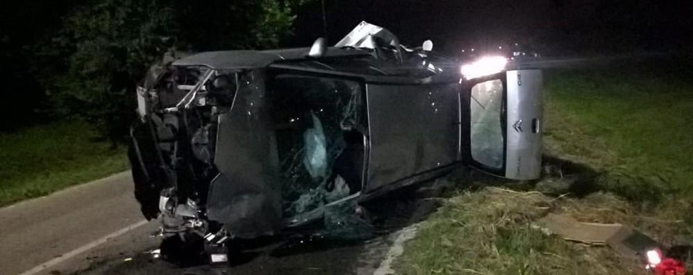 Scontro frontale nella notte a Cavernago Tre persone ferite nello schianto