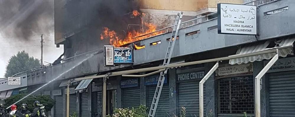 Zingonia, fiamme in corso Europa a pochi giorni dal maxi blitz dei carabinieri