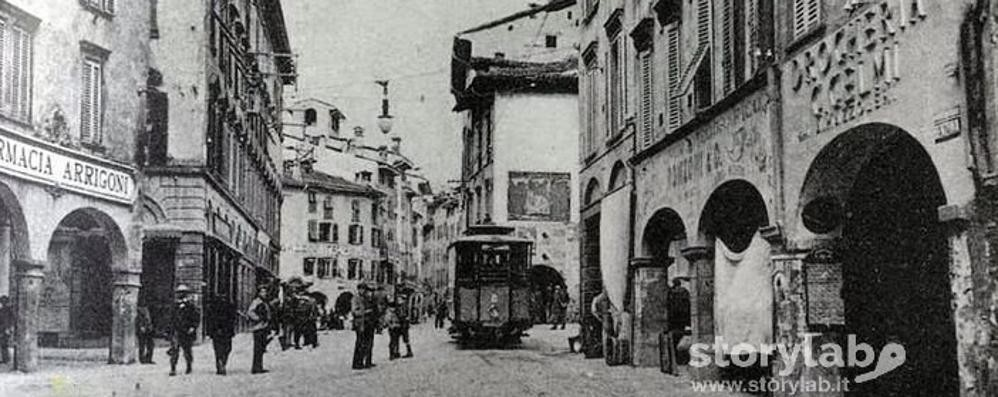 Frammenti della città sparita tra cinque vie e mille storie