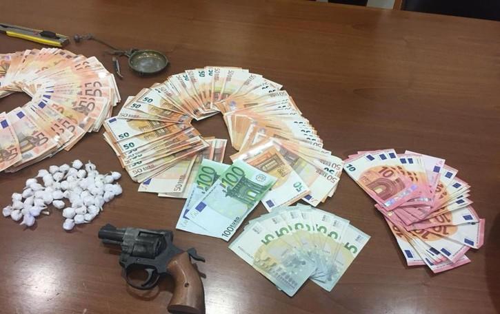 Droga, denaro e una pistola finta «Ferrari»  arrestato a Seriate