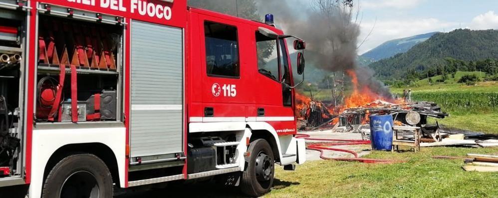 In fiamme una baracca vicino alla strada Vigili del fuoco in azione a Clusone