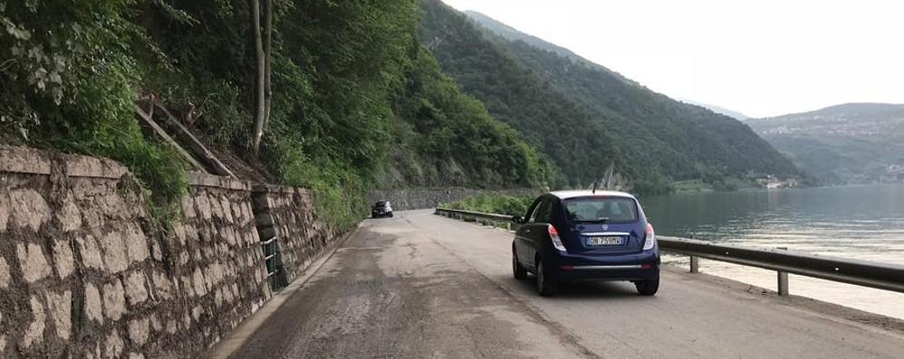 Masso pericolante sulla Rivierasca Strada chiusa (ancora) a Riva di Solto