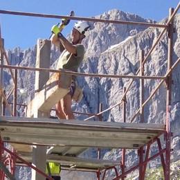 Alpini già al lavoro a Colere - Foto Si restaura la croce dei minatori