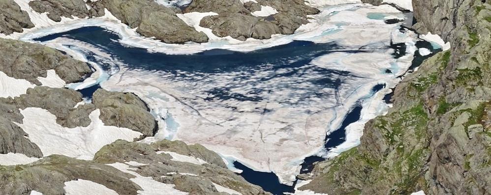 Il lago a forma di cuore sulle Orobie A fine giugno è ancora ghiacciato - Foto
