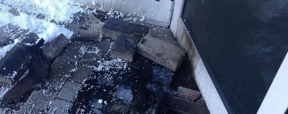Bar danneggiato dalle fiamme Costa Volpino, trovate due taniche