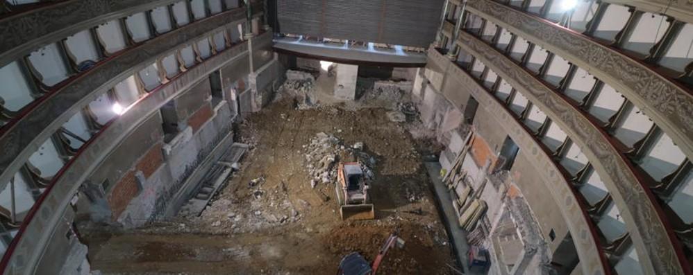 Il teatro Donizetti «sventrato» - Il video  Ruspe demoliscono e scavano in platea