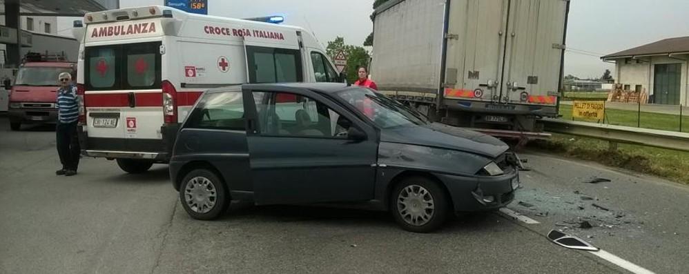 Schianto tra un'auto e un camion Mattinata nera sulla strada Cremasca