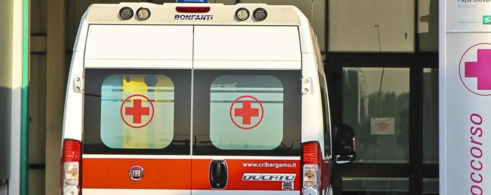 Schianto tra due auto, tre feriti Circonvallazione Paltriniano in tilt