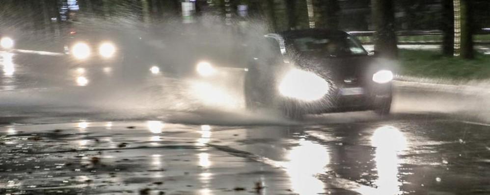 Vento forte, pioggia e grandine a Bergamo Allagamenti in via Bonomelli - Video