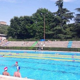 Caldo torrido, famiglie e giovani in piscina  Debutta la stagione all'Italcementi