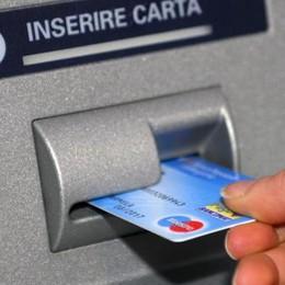 Spia il codice pin del Bancomat e svuota il conto a un'anziana