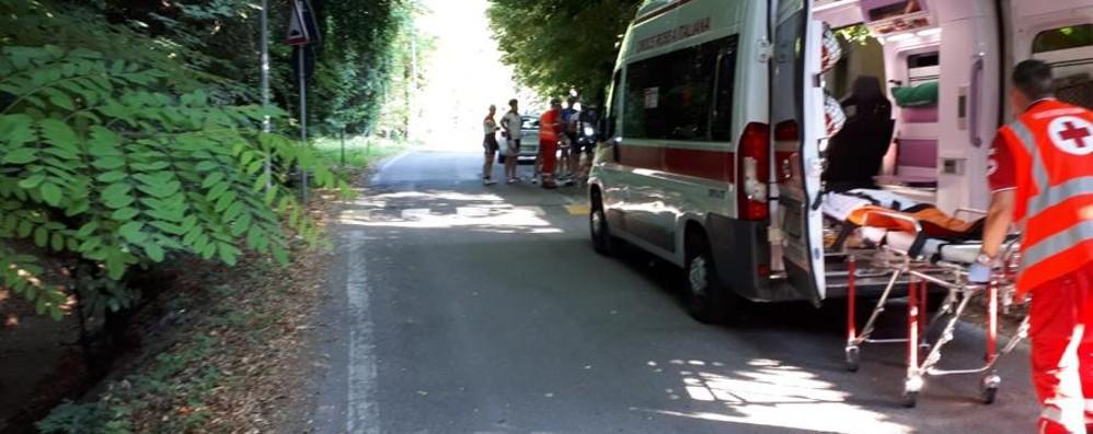 Dosso, buche e asfalto sconnesso Cade dalla bici a Seriate: ferito