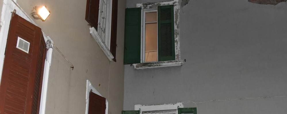 Bimbo di due anni cade  dalla finestra Atterraggio attutito da un tetto: salvo
