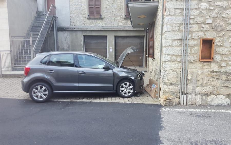 Roncola, auto fuori strada Feriti nonna e nipotino di 11anni