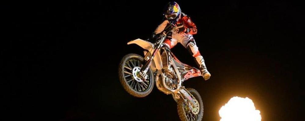 Adrenalina su due ruote a Clusone I campioni del freestyle al Motor Party