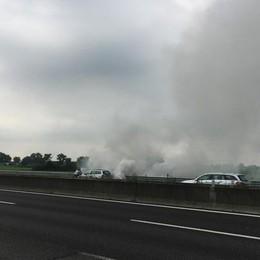 Grumello, auto in fiamme in A4 Code e rallentamenti verso Brescia
