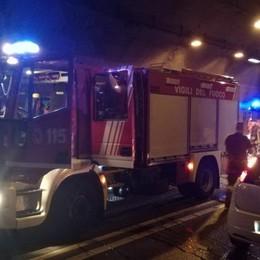 Montenegrone, auto in fiamme  Galleria chiusa e riaperta in un'ora
