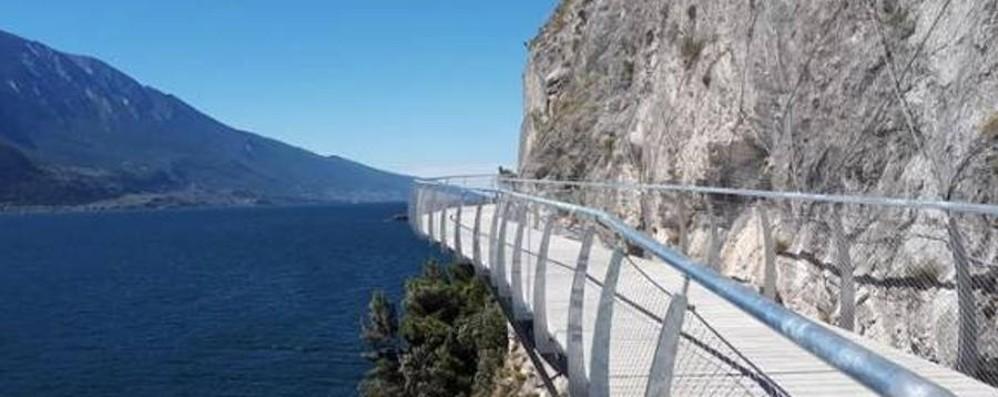 Apre la ciclabile «più bella del mondo» Percorso a strapiombo sul lago - Video