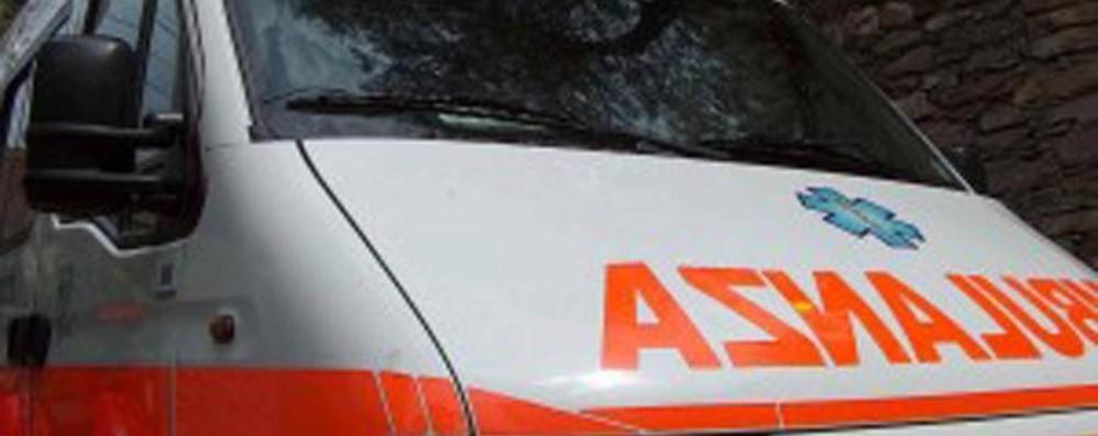 Si ribalta un'auto a Campagnola Tre giovani coinvolti in circonvallazione