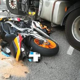 Si schianta in moto contro un camion 24enne di Algua in condizioni critiche
