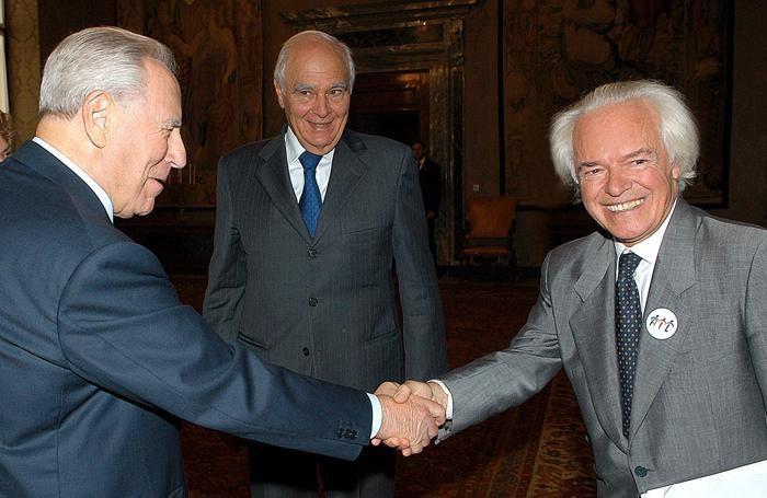 Il presidente della Repubblica Carlo Azeglio Ciampi (S) stringe la mano al professor Franco Mandelli, in una immagine del 14 settembre 2004.