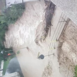 Torrente esonda, strada allagata a Nembro