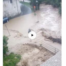 Torrente esonda, strada allagata - Video I vigili del fuoco intervengono a Nembro