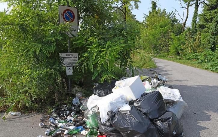 Picnic  lungo il fiume Serio nel weekend Scia di rifiuti abbandonati nel verde
