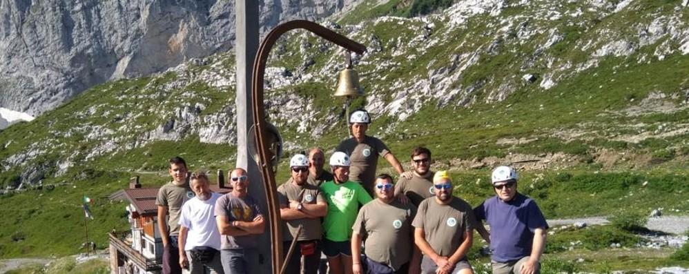 Sistemata la croce dei minatori - Video «I bergamaschi hanno fatto squadra»