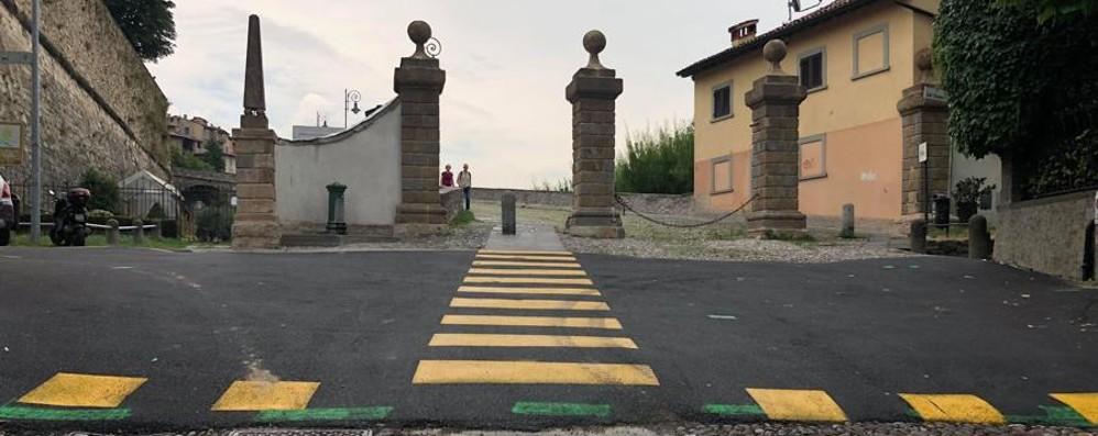 Toppe d'asfalto in Via Sant'Alessandro «Un vero scempio in una strada storica»