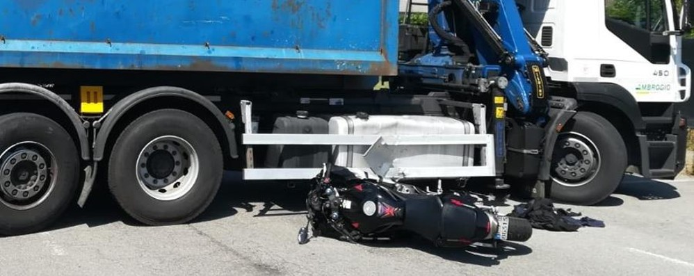 Scontro in moto contro un camion Gravissimo un uomo a Cologno