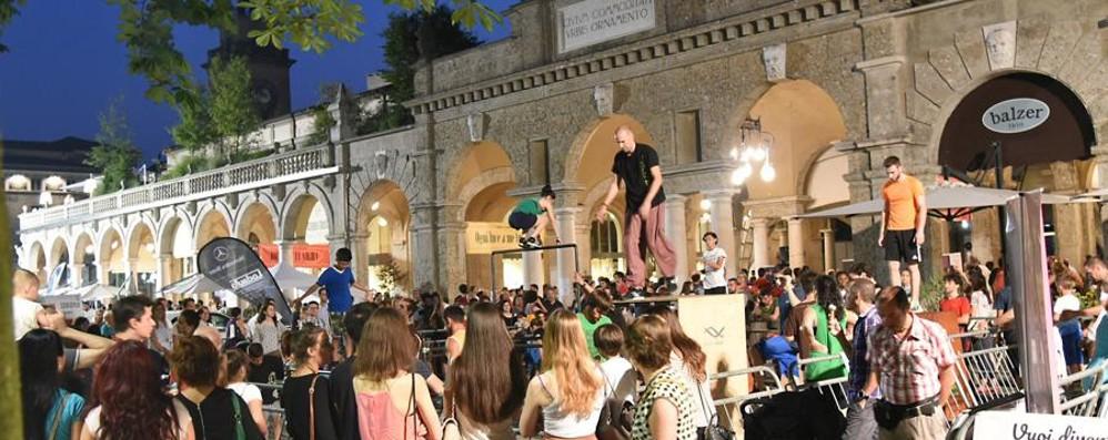 Tornano le Notti in centro a Bergamo Stasera ci sono gli artisti di strada