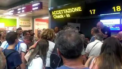 La protesta dei passeggeri dopo 31 ore di ritardo
