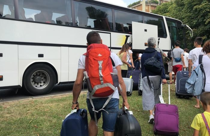 Alcuni passeggeri verso il bus che li riporta a Orio