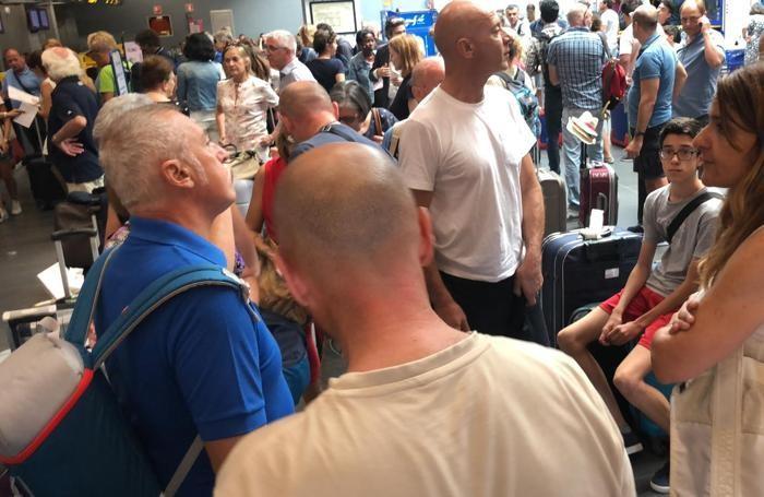 Una parte dei passeggeri riportati a Orio in attesa del volo