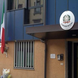 Dieci furti, la volante lo insegue Si «rifugia» dai carabinieri: preso