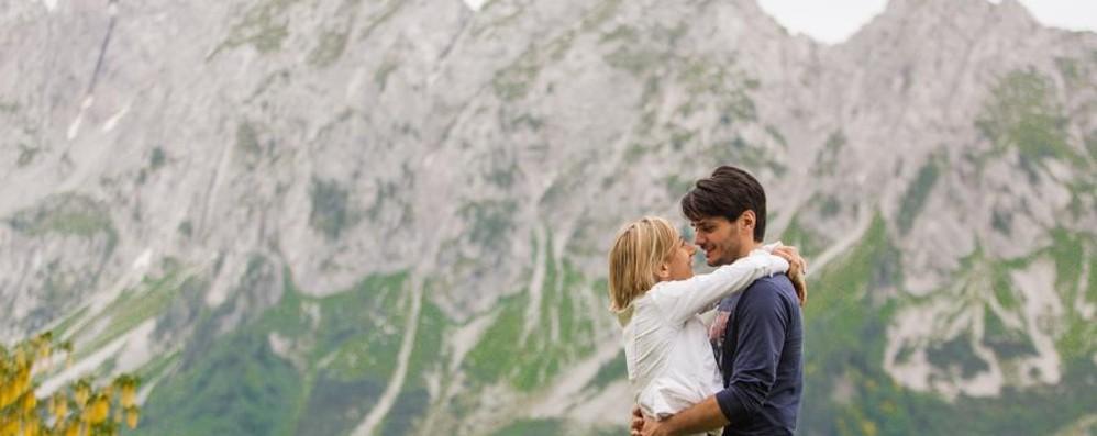Colpo di fulmine sui sentieri di montagna Le nozze sabato in Val di Scalve