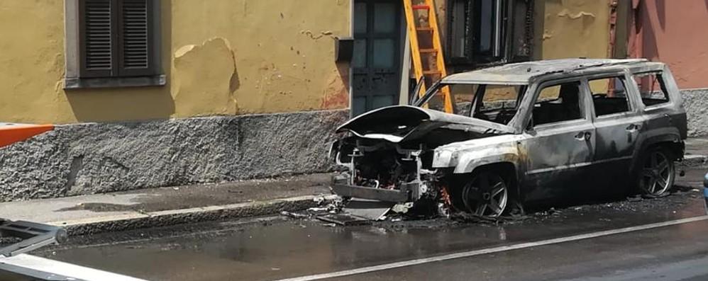 Auto in fiamme a Colognola Nessun ferito, pompieri al lavoro