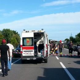 Contro l'auto ferma per un altro incidente Tragedia in moto, perde la vita a 19 anni