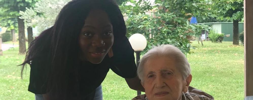 Ha 90 e fa ancora la maestra Ora Anna insegna agli stranieri