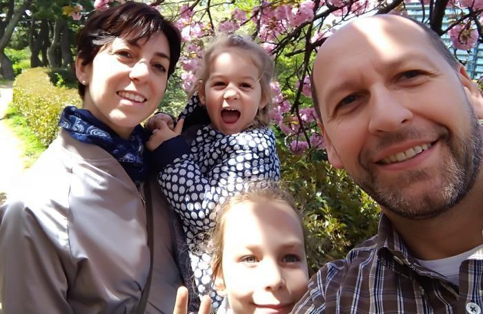 Luigi Aresi, con la moglie Cristina e le figlie Elena (la più grande) e Chiara