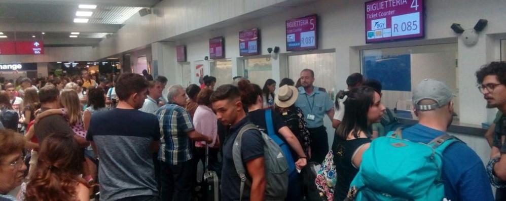 Giornata nera per chi viaggia in aereo 42 voli cancellati da Orio al Serio