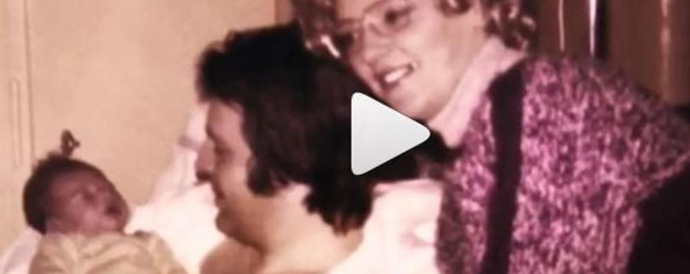 La video dedica della Hunziker al papà «In ospedale mi teneva in braccio a letto»