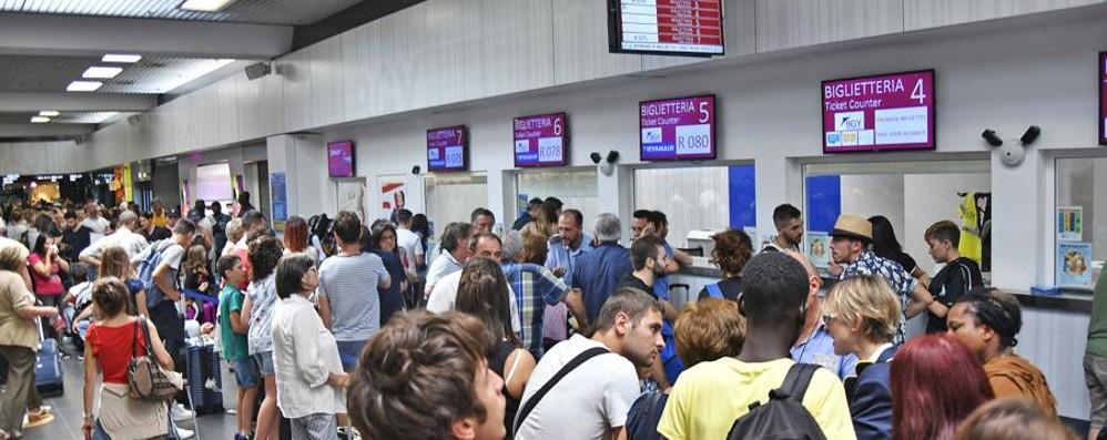 Ryanair, oltre 7 mila a terra a Orio al Serio «Lo sciopero? Non pagheremo rimborsi»