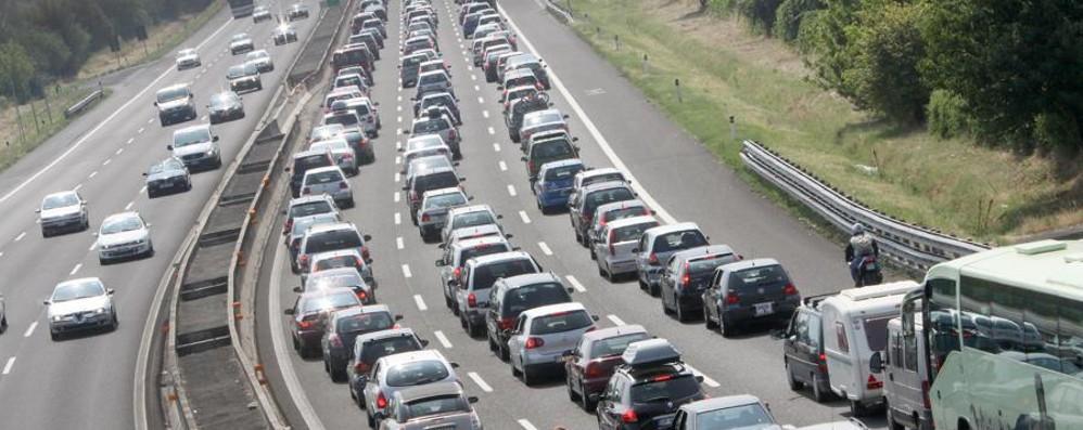 Camion perde il carico in autostrada A4 bloccata a Bergamo: code e caos
