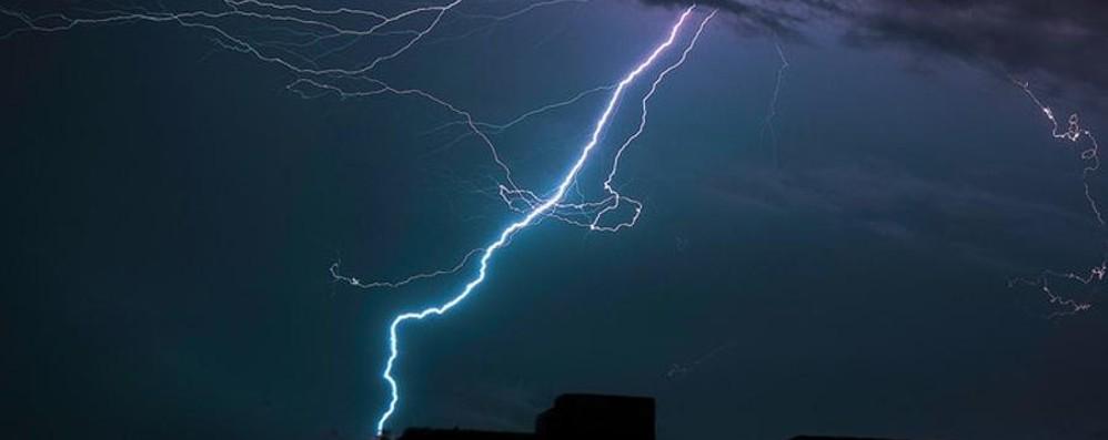 Fulmine si abbatte sui contatori Bruciati elettrodomestici a Vertova